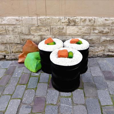 """eat me lork sculpture objet dechet aliment geant street art 92 - Lor-K redéfinit la """"street food"""" avec ses sculptures éphémères 100% récup !"""
