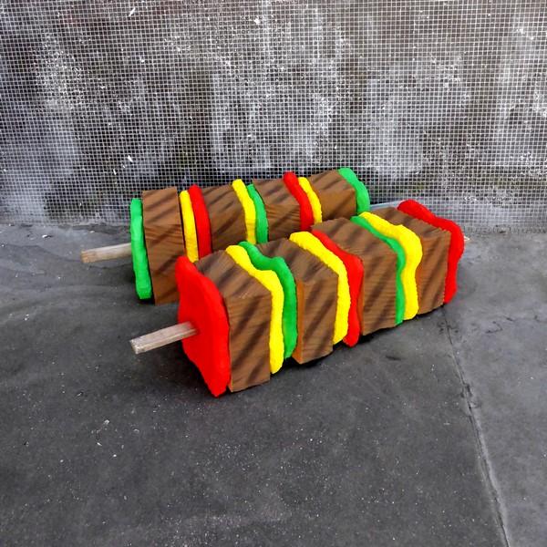 """eatme lork brochette recup streetart matelas mousse diy radar - Lor-K redéfinit la """"street food"""" avec ses sculptures éphémères 100% récup !"""
