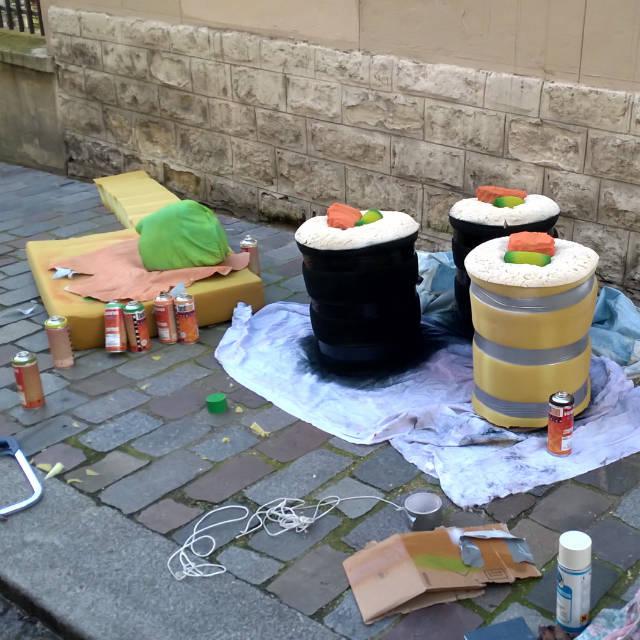 """lork art urbain giant food mattresses sculpture colors worldofwaste 1 - Lor-K redéfinit la """"street food"""" avec ses sculptures éphémères 100% récup !"""