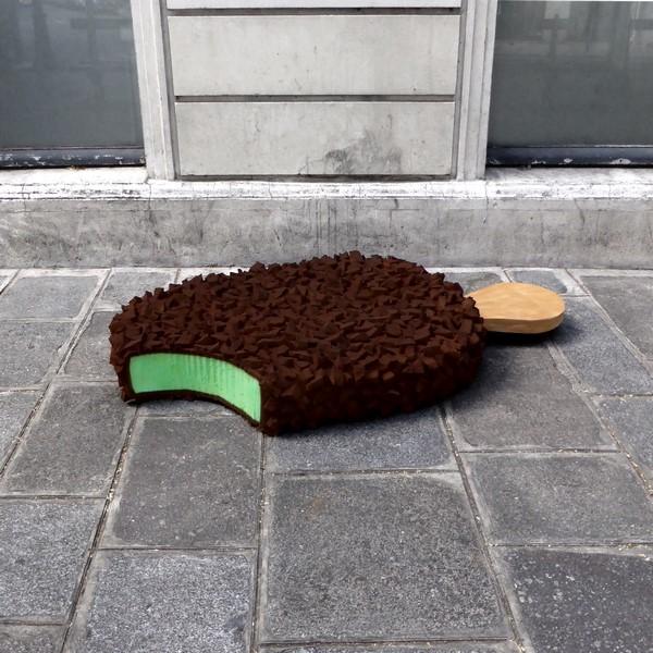"""lork eat me projet giant food street art nouvel urbain mattresses glaces radar - Lor-K redéfinit la """"street food"""" avec ses sculptures éphémères 100% récup !"""