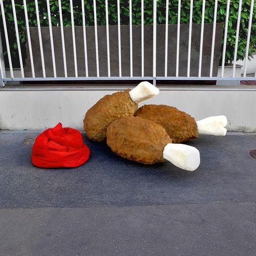"""lork eat me street art mattresses giant food 1 - Lor-K redéfinit la """"street food"""" avec ses sculptures éphémères 100% récup !"""