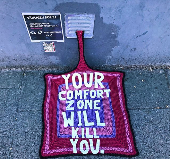 julia riordan crochet tricot art urbain ville smiley 1.28 - Yarn bombing : l'artiste Julia Riordan tricote les rues avec humour