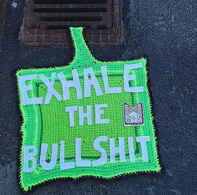 julia riordan crochet tricot art urbain ville smiley 1.42 - Yarn bombing : l'artiste Julia Riordan tricote les rues avec humour