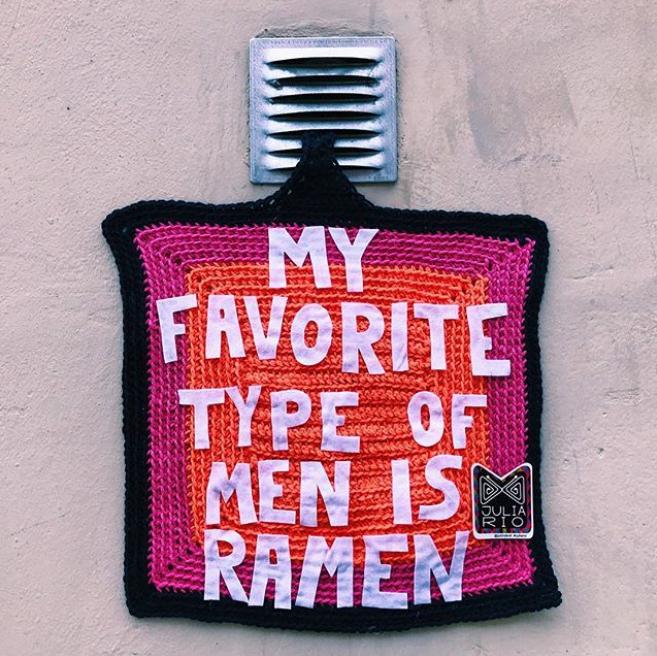 julia riordan crochet tricot art urbain ville smiley 2.21 - Yarn bombing : l'artiste Julia Riordan tricote les rues avec humour