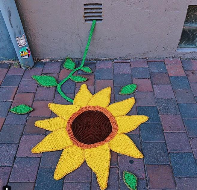 julia riordan crochet tricot art urbain ville smiley 4.10 - Yarn bombing : l'artiste Julia Riordan tricote les rues avec humour