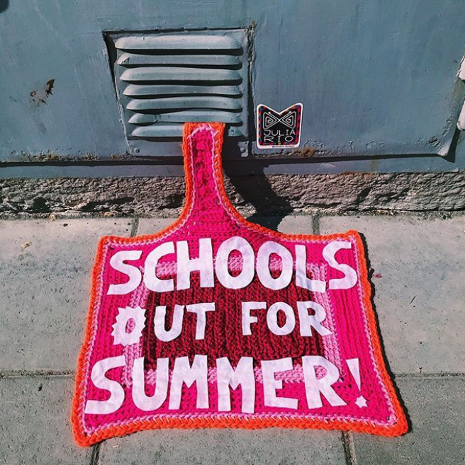 julia riordan crochet tricot art urbain ville smiley 4.43 - Yarn bombing : l'artiste Julia Riordan tricote les rues avec humour
