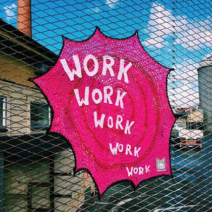 julia riordan - Yarn bombing : l'artiste Julia Riordan tricote les rues avec humour