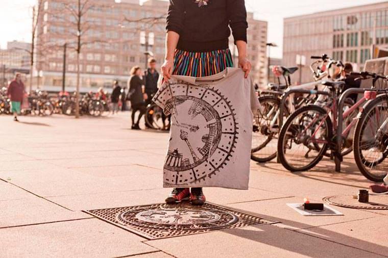Le collectif Raubdruckerin propose une collection de tee-shirts imprimés avec la rue