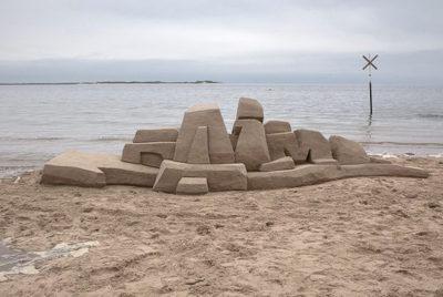 DAIM-street-artiste-sand-art-graffiti-sculpture-sable-plage-ete-RADAR_cover_article_Base_72dpi
