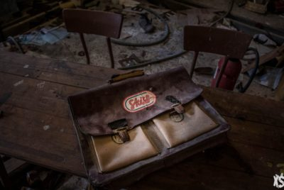 urbexsession-urbex-ecole-rentredesclasses-abandonee-urbex-cartable-pensionnat-anabandonnedworld-college-charity-lamb-cour-récréation-classe-bureau-tableau-pensionnat-joseph-vacher-classe-cartable