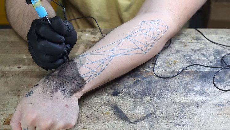 Sparkfun : une machine à tatouer à créer soi-même !