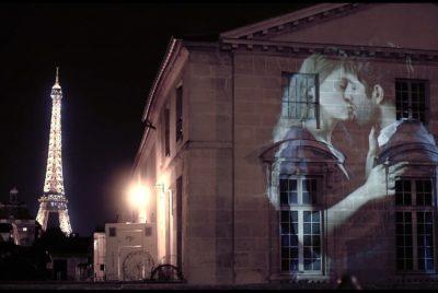 julien nonnon 400x268 - Le street artiste Julien Nonnon projette l'Amour et les amoureux sur les murs de Paris