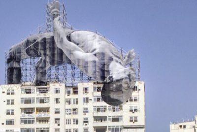 """jr installation rio 400x268 - L'""""artiviste"""" JR avive la flamme des Jeux Olympiques de Rio avec des collages monumentaux"""