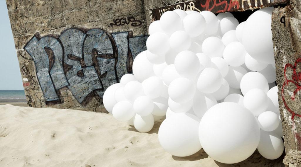 Charles Pétillon Invasions avec des centaines de ballons