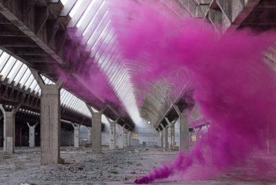IsabelleAlexis Blossom fumigene indus ruine usine desaffecte spot urbex fumee rose coverformatdesktop300dpi 400x268 - Le duo Isabelle & Alexis