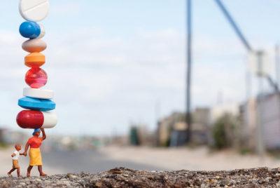 slinkachu refugies crise cachet streetart installation urban coverformatdesktop300dpi 400x268 - Slinkachu, des installations miniatures au service de grandes causes