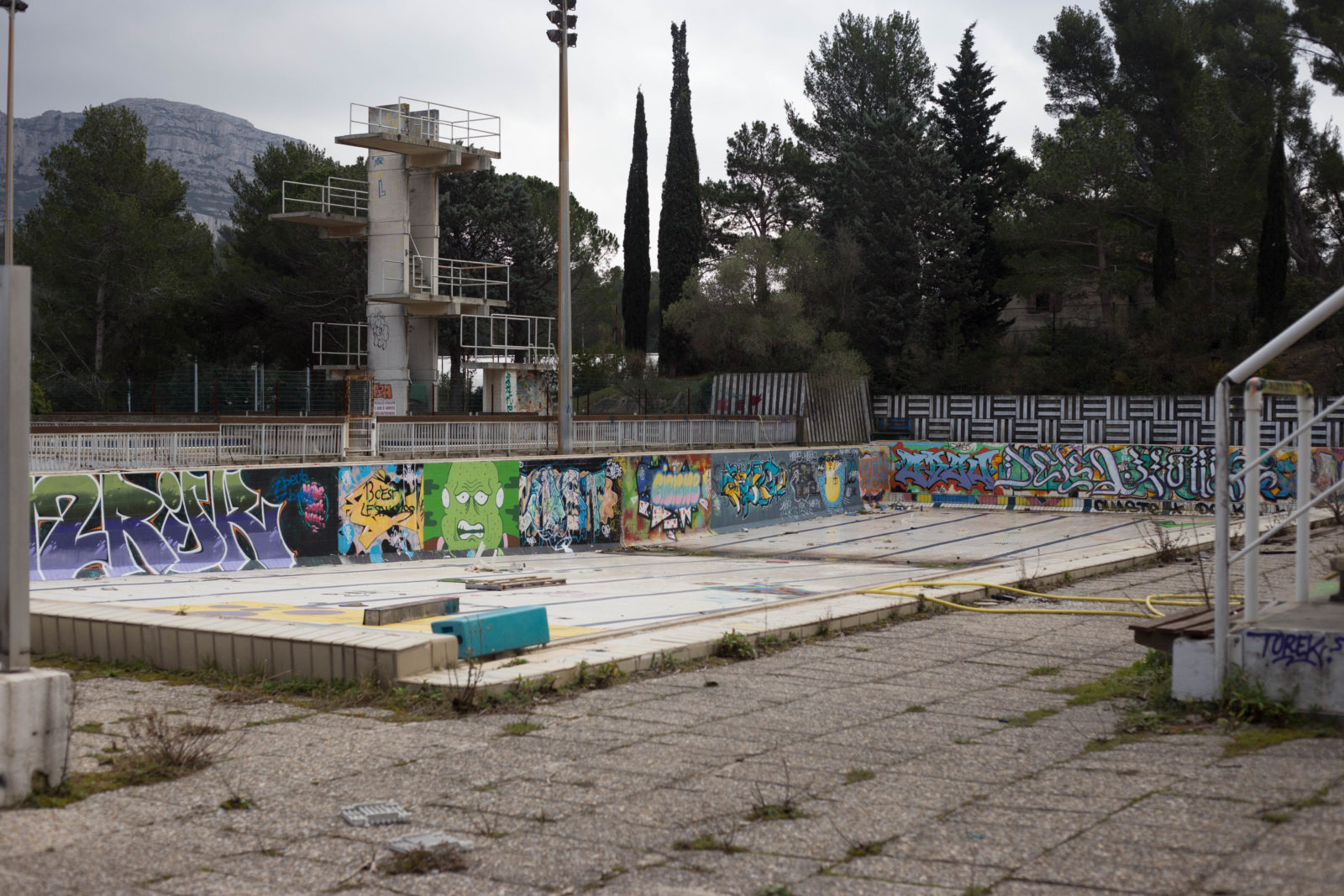 tomaslemoine slopestyle vtt rider freestyle velo piscine marseille plongeoir urbex 6966 - Le champion Tomas Lemoine assure une séance de VTT inédite dans une piscine désaffectée !