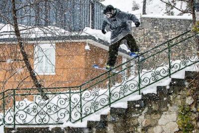 maison-barrière-ski-urbain-neige-ville-urbanskiing-photo-skieur-skis-rampeCrédit - Instagram @borjafdz