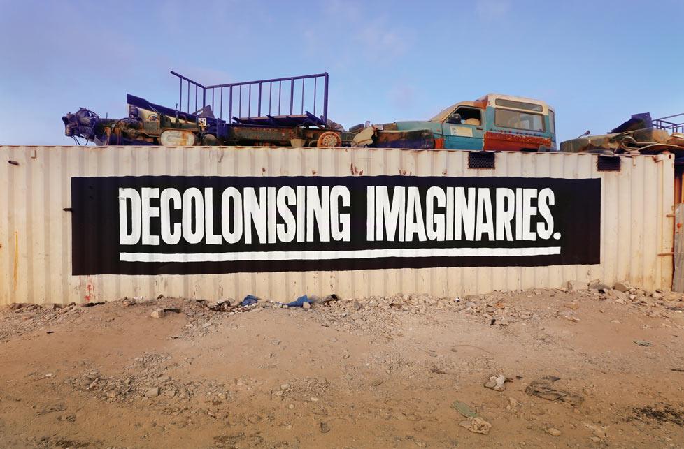 "Sean Hart aphorisme typo mur graffiti art urbain mot dacolonising - Sean Hart, le street philosophe  qui affiche les "" grands maux"" avec sa typo"
