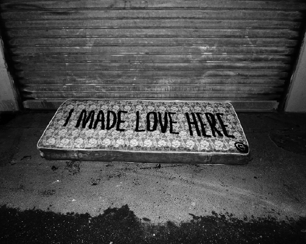"Sean Hart aphorisme typo mur graffiti art urbain mot securite matelas sex love - Sean Hart, le street philosophe  qui affiche les "" grands maux"" avec sa typo"