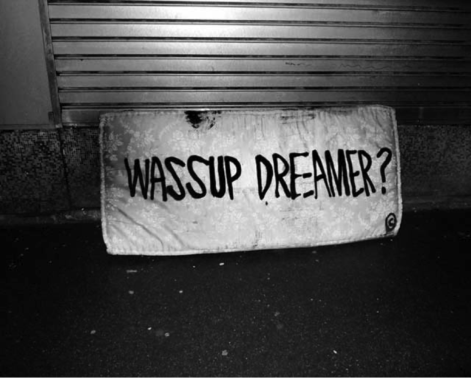 "Sean Hart aphorisme typo mur graffiti art urbain mot whats up - Sean Hart, le street philosophe  qui affiche les "" grands maux"" avec sa typo"