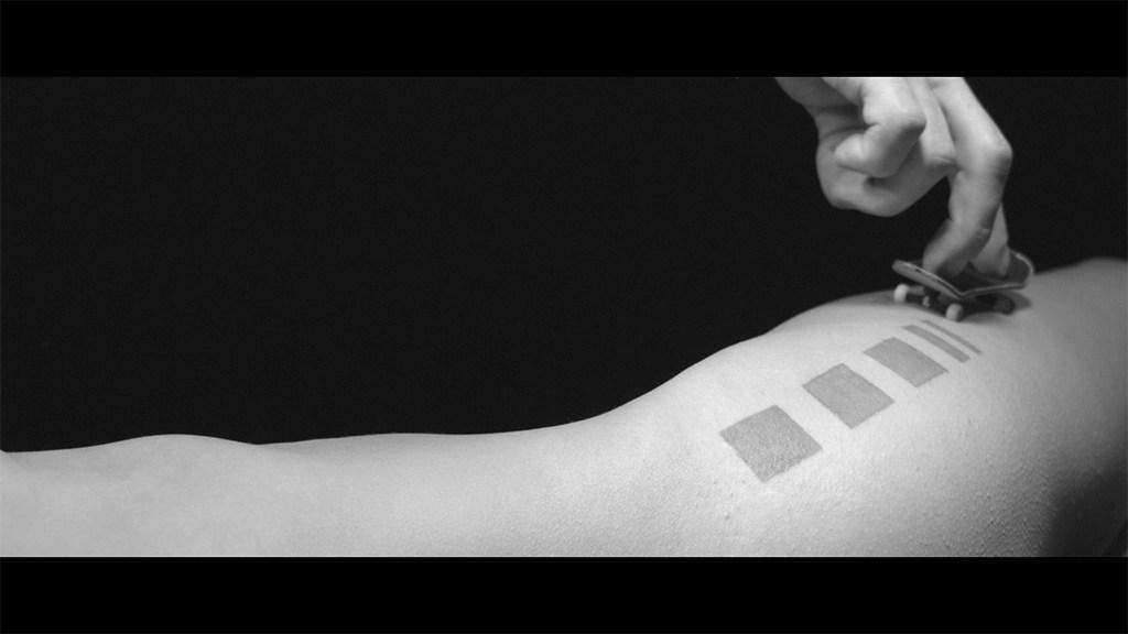 closeupfingerboardsshopDamienBernadetvideocorpsfemmenueskatetatouage - Always Searching : sensuelle session de fingerskate sur corps féminin
