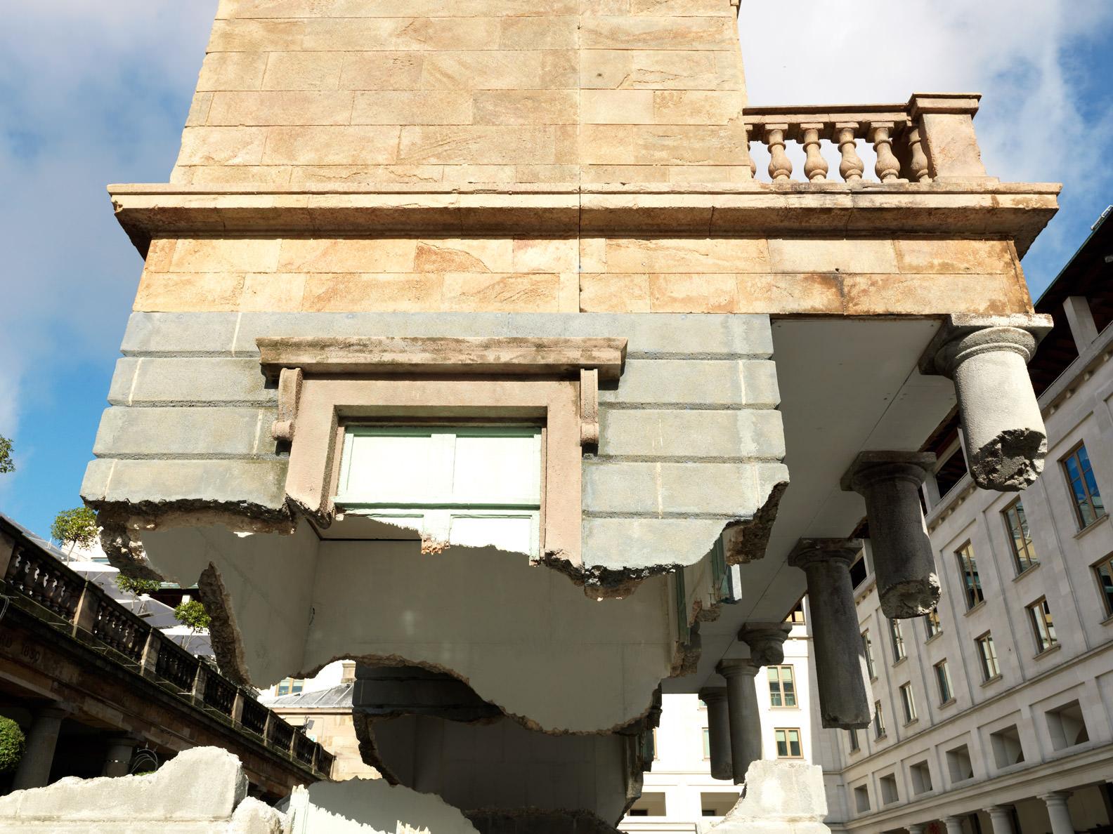 installationstreetartarturbainLondresalexchinneckCoventGarden - L'illusionniste Alex Chinneck retourne les rues de Londres d'un coup de baguette