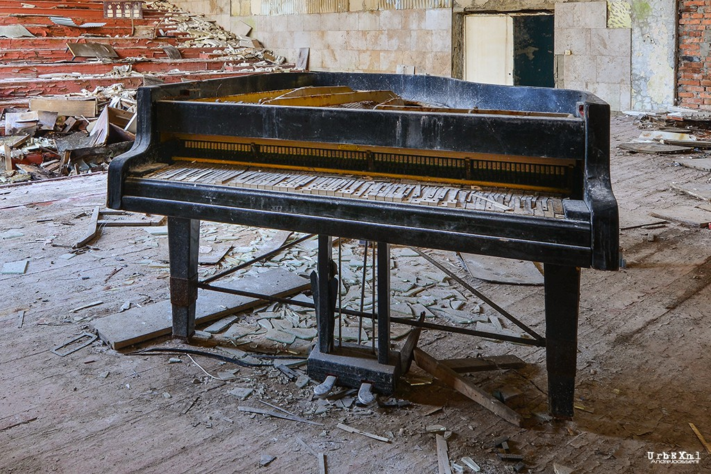 musicschoolpripyatukrainesalleconcertabandonneeurbex5 - Salles de concert abandonnées : ces spots urbex où plane le silence