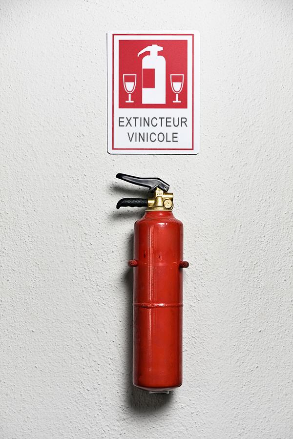 Extincteur jinks kunst fete nationale 14 juillet street art panneau signalisation - Jinks Kunst pose sa «French touch» sur les panneaux de rue