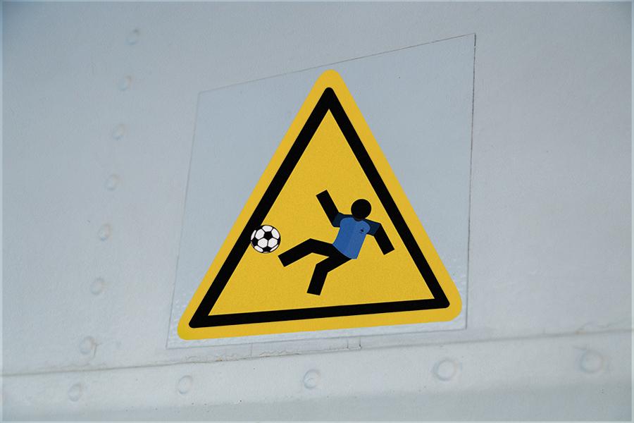 Football jinks kunst fete nationale 14 juillet street art panneau signalisation - Jinks Kunst pose sa «French touch» sur les panneaux de rue