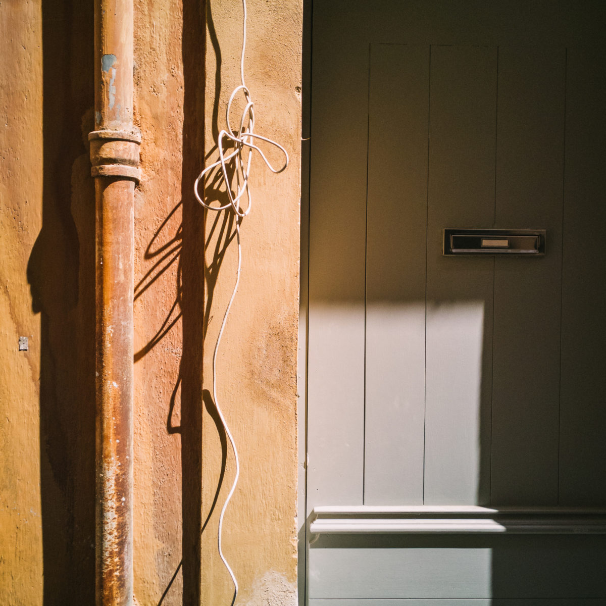 aliocha boi arles photographie projections ombre lumiere1 - Le photographe Aliocha Boi révèle la façade street d'Arles