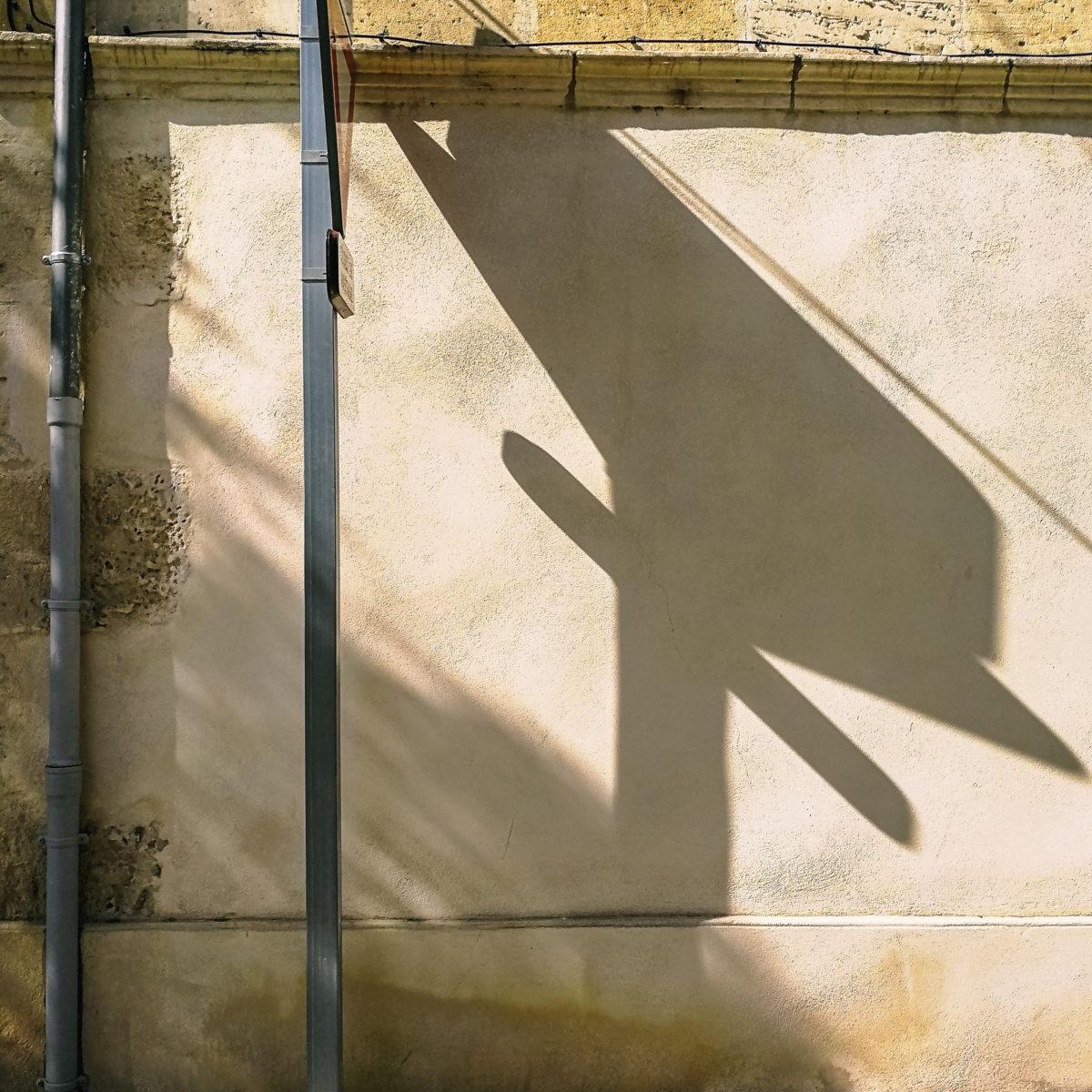 aliocha boi arles photographie projections ombre lumiere5 - Le photographe Aliocha Boi révèle la façade street d'Arles