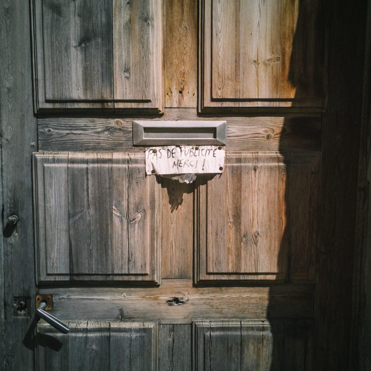 aliocha boi arles photographie resistances porte boite aux lettres publicite1 - Le photographe Aliocha Boi révèle la façade street d'Arles