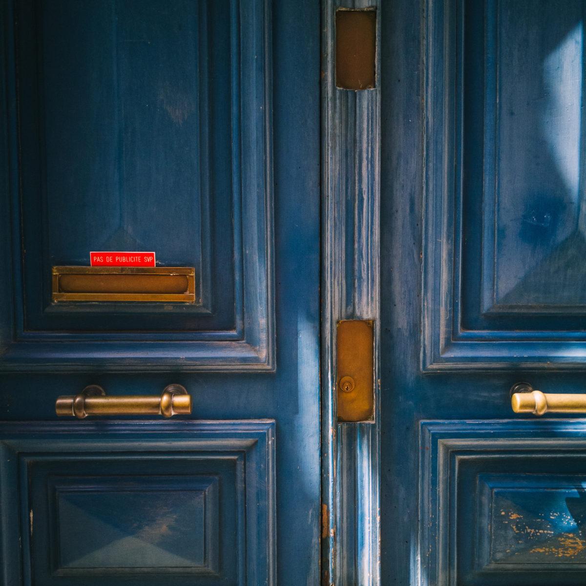 aliocha boi arles photographie resistances porte boite aux lettres publicite4 - Le photographe Aliocha Boi révèle la façade street d'Arles