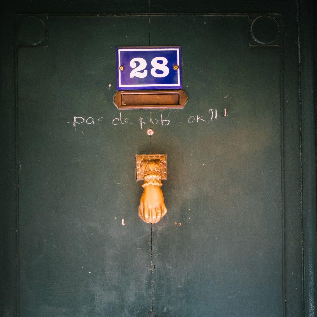 aliocha boi arles photographie resistances porte boite aux lettres publicite5 - Le photographe Aliocha Boi révèle la façade street d'Arles