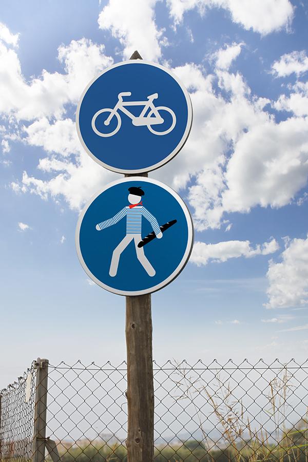 beret baguette jinks kunst fete nationale 14 juillet street art panneau signalisation - Jinks Kunst pose sa «French touch» sur les panneaux de rue