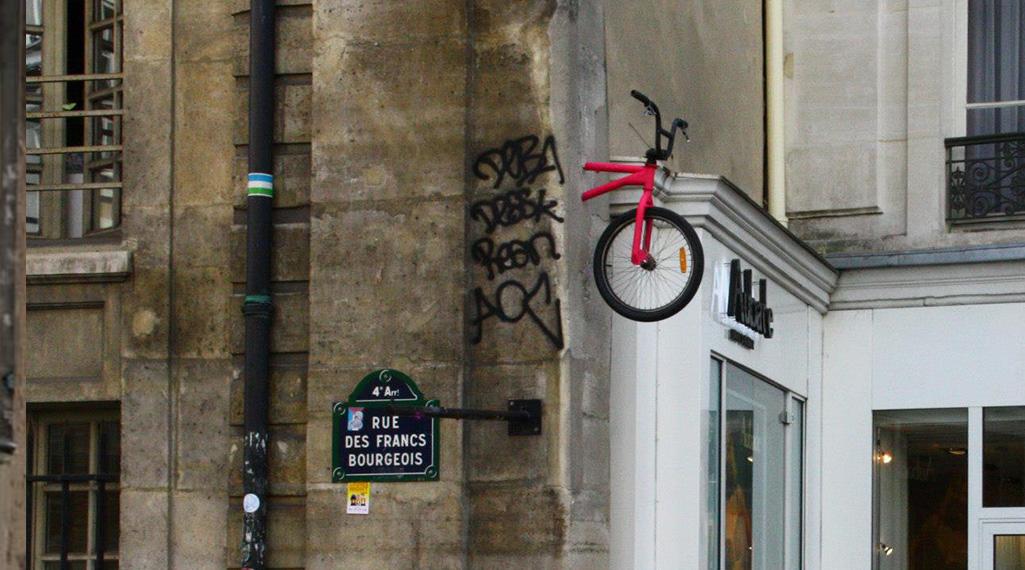 Le street artiste Monsieur BMX fait grimper les vélos au mur !