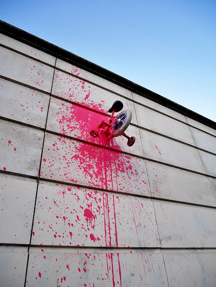 monsieur BMX installation velo montpellier mur street art5 - Le street artiste Monsieur BMX fait grimper les vélos au mur !