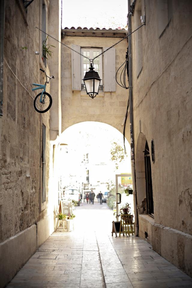 monsieur BMX installation velo montpellier mur street art6 - Le street artiste Monsieur BMX fait grimper les vélos au mur !