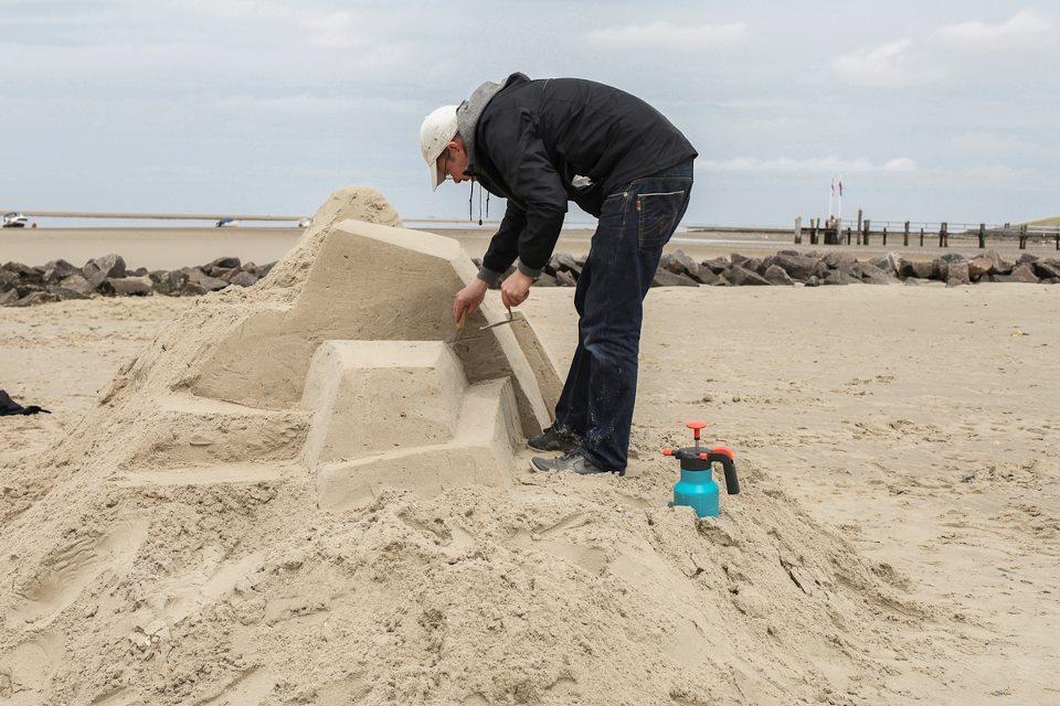 DAIM street artiste sand art graffiti sculpture sable plage ete1 - Daim, le marchand de sable du graffiti 3D