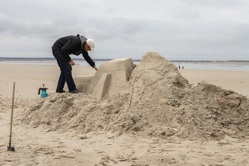 DAIM street artiste sand art graffiti sculpture sable plage ete2 - Daim, le marchand de sable du graffiti 3D