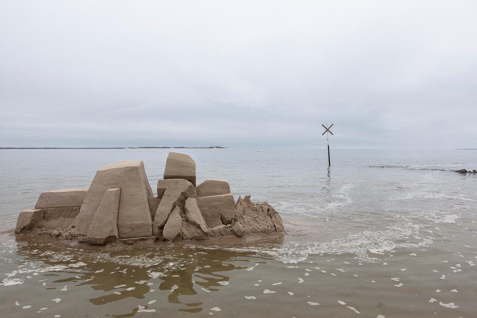 DAIM street artiste sand art graffiti sculpture sable plage ete8 - Daim, le marchand de sable du graffiti 3D