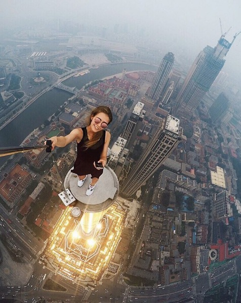 angelanikolau urbanclimbing urbex freerun grimpe escalade hot vertige tour fille building radar allurbanmakers selfie - Angela Nikolau, girly jusqu'au bout des... plus hautes tours du monde !