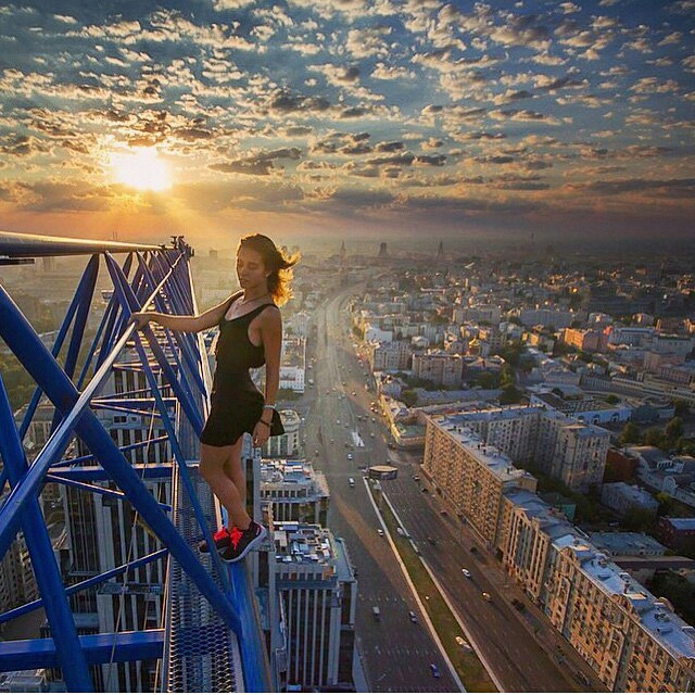 angelanikolau urbanclimbing urbex freerun grimpe escalade hot vertige tour fille building radar allurbanmakers soleil - Angela Nikolau, girly jusqu'au bout des... plus hautes tours du monde !