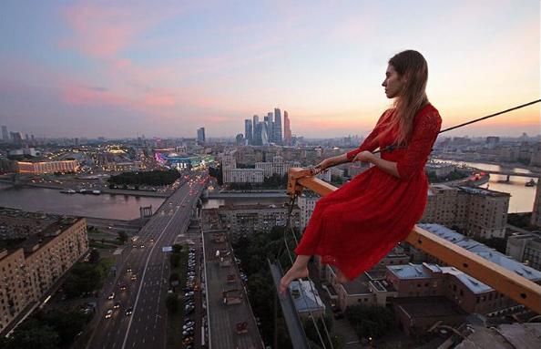 angelanikolau urbanclimbing urbex freerun grimpe escalade hot vertige tour fille building radar allurbanmakers ville - Angela Nikolau, girly jusqu'au bout des... plus hautes tours du monde !