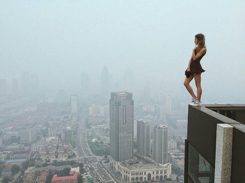 angelanikolau urbanclimbing urbex freerun grimpe escalade hot vertige tour fille building radar allurbanmakers - Angela Nikolau, girly jusqu'au bout des... plus hautes tours du monde !