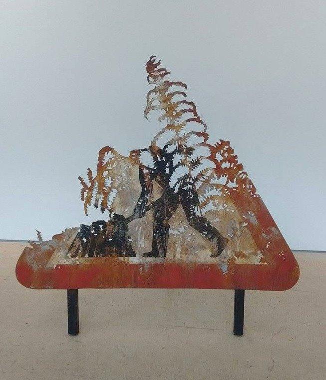 dan rawlings decoupe panneau signalisation travaux ombre foret radar arturbain - Dan Rawlings sculpte des forêts dans des épaves en métal