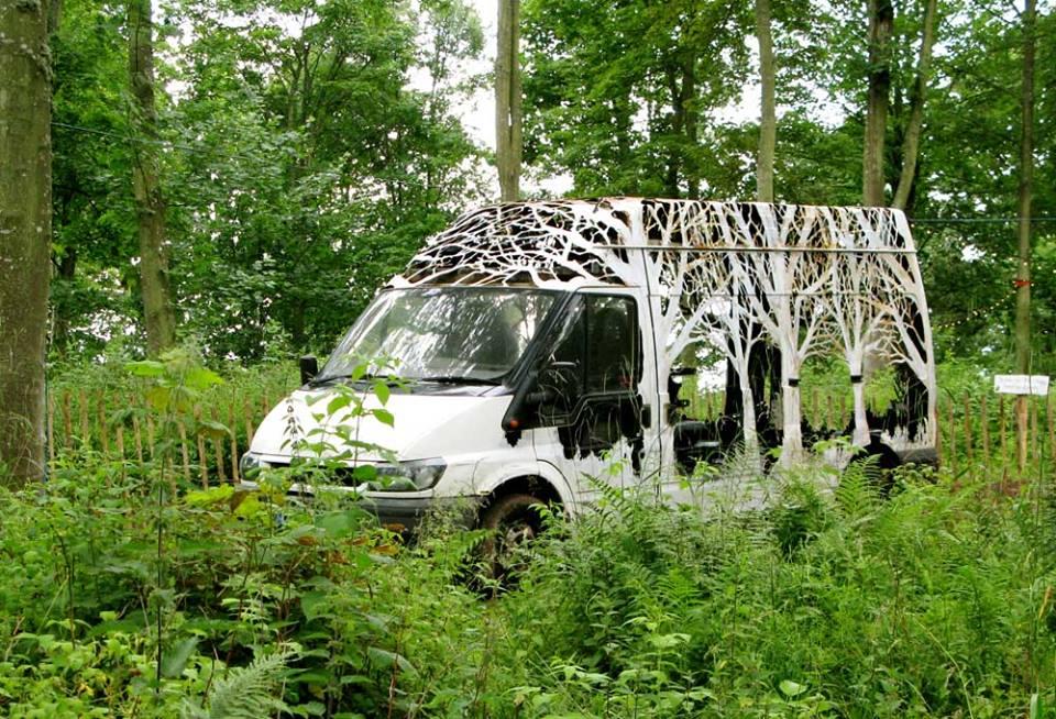 dan rawlings van2 - Dan Rawlings sculpte des forêts dans des épaves en métal