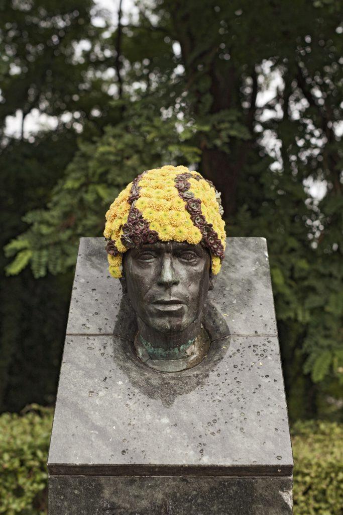 geoffroy mottart armand bernier fleur hacking couronne statue arturbain - Geoffroy Mottart couronne de fleurs les statues bruxelloises