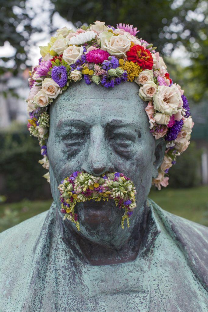 geoffroy mottart felix vande sande fleur hacking couronne statue arturbain - Geoffroy Mottart couronne de fleurs les statues bruxelloises
